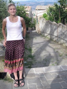 249_montalcino_kath_small_street_women